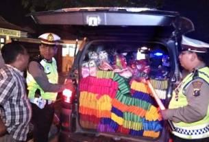PERIKSA: Petugas Polantas memeriksa barang bawaan pengendara mobil Avanza saat digelar razia oleh Polres Sergai, Sabtu (7/3).