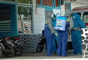 PAKAI JAS HUJAN: Para medis di RSU Kabanjahe menggunakan jas hujan sebagai APD.