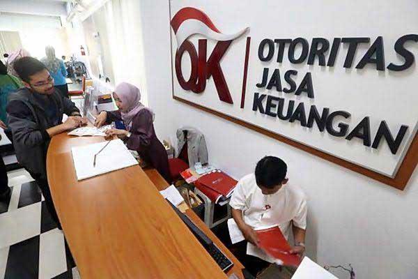 BERKAS: Pegawai OJK sedang memeriksa berkas di kantor OJK Jakarta, beberapa waktu yang lalu.