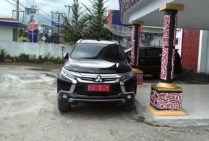 BARU: Mobil Dinas Ketua DPRD Dairi BB 3 Y yang baru saat terparkir di gedung dewan Jalan Sisingamangaraja Sidikalang.