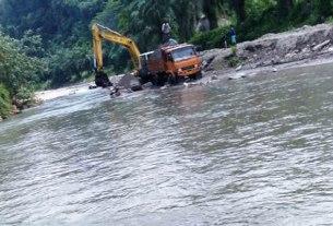 KERUK: Alat berat pengusaha galian C melakukan pengerukan material di aliran sungai Seruai, Desa Tanjung Sena Kecamatan Sibiru-biru.