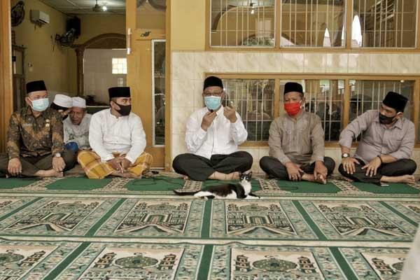 BERSAMA JAMAAH: Plt Wali Kota Medan,  H Akhyar Nasution, bersama jamaah di Masjid Jamik, Jalan Kol L Yos Sudarso Km 14 Lingkungan 7, Kelurahan Besar, Medan Labuhan. istimewa/sumut pos.
