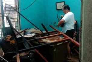 TERBAKAR: Salah satu ruangan di Perumahan Villa Mutiara di Medan Amplas yang terbakar, Senin (21/9).dewi/sumut pos.