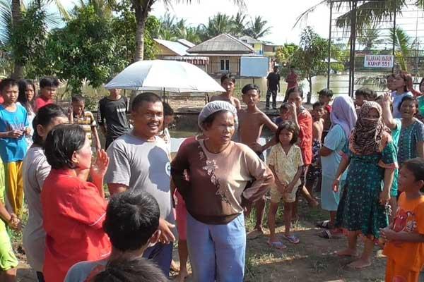 GERUDUK: Puluhan warga mendatangi kolam pancing di Jalan Pulau Limau Martubung. Warga marah dan menuding kolam pancing penyebab saluran air tertutup hingga banjir tak kunjung surut.fachril/sumut pos.