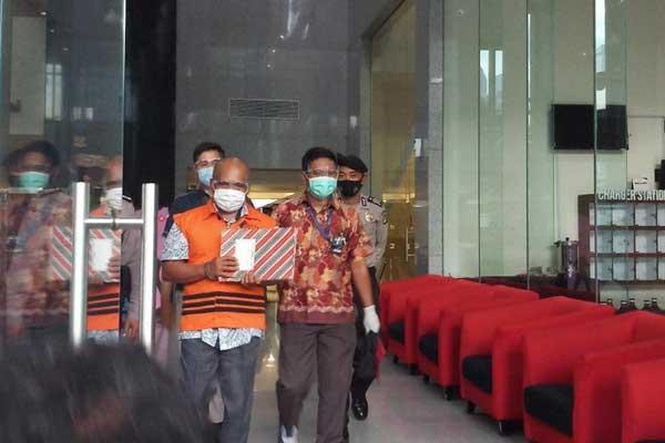 DITAHAN: Kepala BPPD Labura, Agusman Sinaga digiring menuju mobil tahanan usai diperiksa.