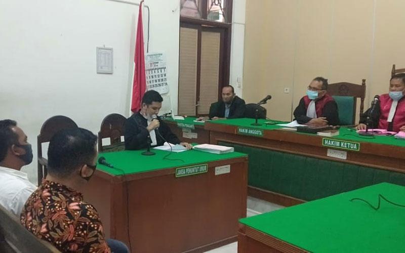 SIDANG TUNTUTAN: Dua terdakwa pungli RSUD Rantauprapat, menjalani sidang tuntutan, Jumat (20/11).gusman/sumut pos.