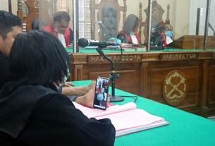 SIDANG: Wahyudi Syahputra dan Rika Nurainun, terdakwa kurir narkotika menjalani sidang tuntutan dan vonis secara virtual di PN Medan, Senin (21/12).gusman/sumut pos.