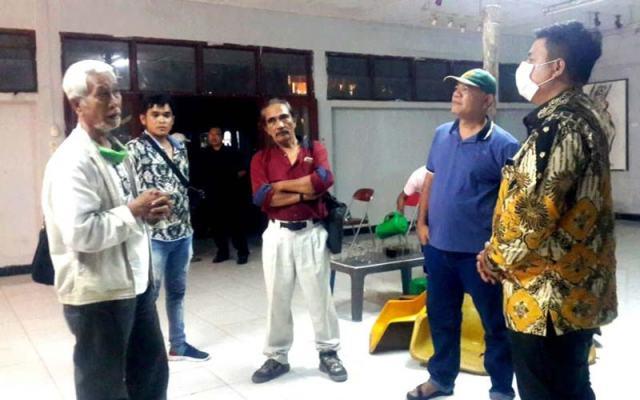 BINCANG: Calon Bupati Samosir terpilih, Vandiko Timotius Gultom ST, berbincang bersama beberapa seniman, Rabu (6/1) malam .markus/sumut pos.