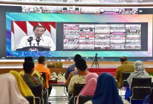 PELUNCURAN BANSOS: Gubsu Edy Rahmayadi mengikuti Peluncuran Bantuan Tunai se-Indonesia Tahun 2021 oleh Presiden RI Joko Widodo, secara virtual, dari Pendopo Rumah Dinas Gubernur, Senin (4/1). BIRO HUMAS DAN KEPROTOKOLAN SETDAPROV SUMUT .