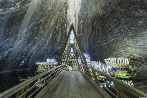 Соляная шахта Салина Турда — развлекательный центр с лодочной станцией, колесом обозрения и мини-гольфом около города Клуж-Напока, Румыния