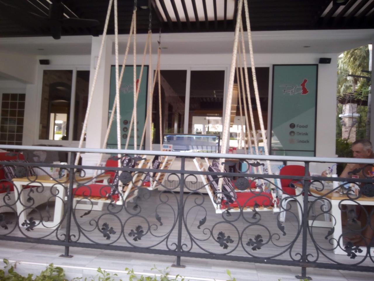 Кафе с качелями у Амбрассадора