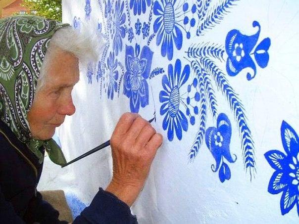 90-летняя чешская бабушка (Анежка) превращает маленькую деревню в свою картинную галерею, вручную расписывая дома цветами