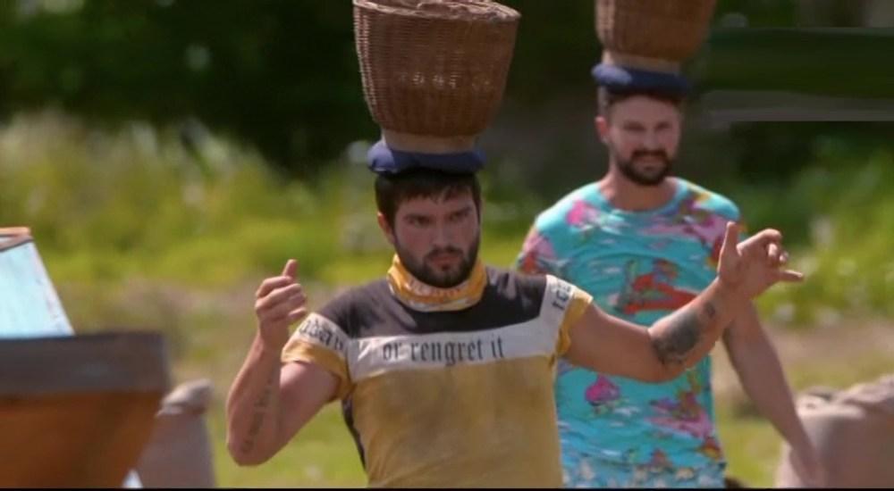 Последний Герой корзины с рисом на голове