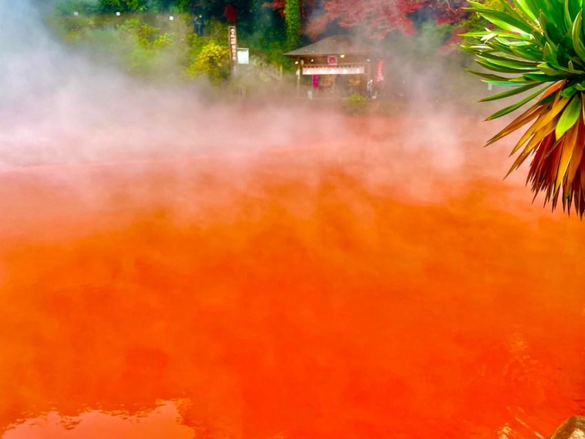 【別府 血の池地獄】地獄めぐり名所の一つ!赤々と湧く不思議な池と多数のオリジナル商品を手に入れよう!