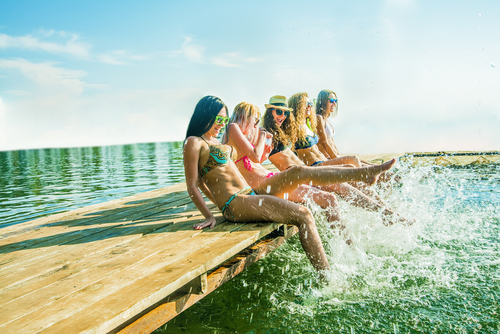 sommer-piger-ved-vand