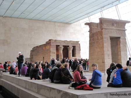 Metropolitan Museum Nova York - pirâmide e adolescentes
