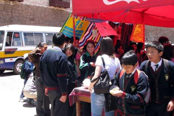 É possível ir para o Peru com crianças - Feira de rua da escola em Cusco