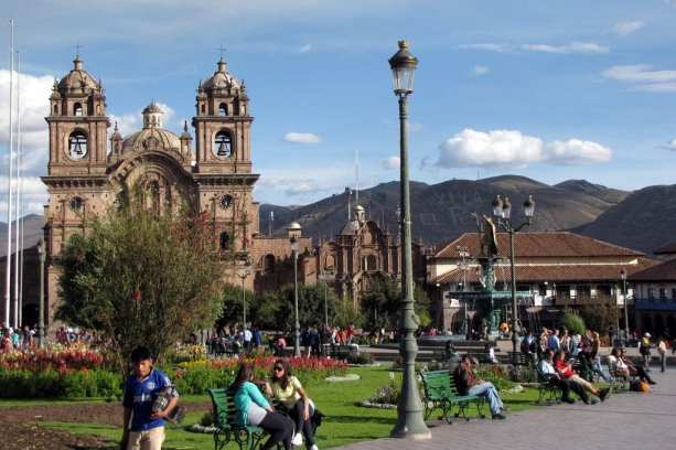 Cenas de Cusco - Sente-se num banquinho na Plaza de Armas