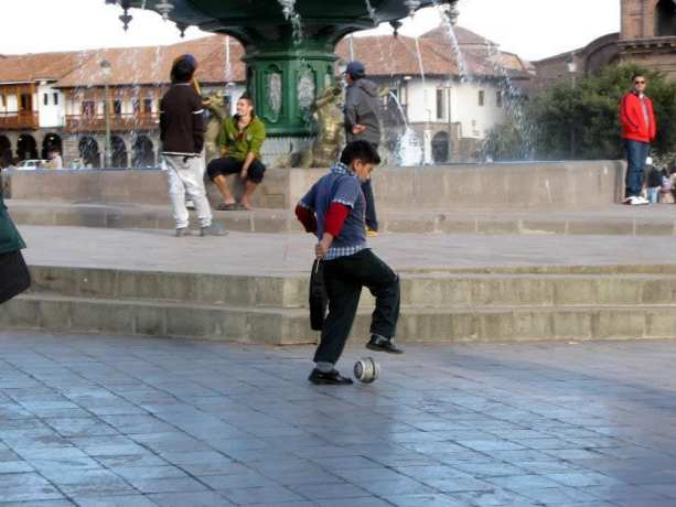 É possível ir para o Peru com crianças - Futebol na Plaza de Armas de Cusco