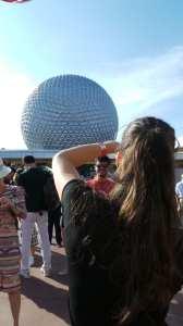 Entrada do Epcot na Disney - brincando de tirar foto