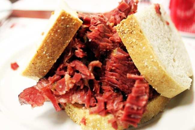 Comer bem em Montreal - Schwartz's - sanduíche de carne defumada