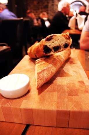 Comer bem em Montreal - L'auberge Saint-Gabriel - pão com azeitonas