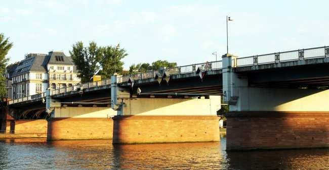 Passeio em Frankfurt - Ponte sobre o rio Main