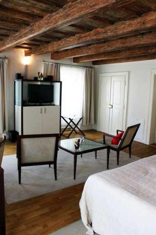 Domus Balthasar Hotel - TV, mesas e cadeiras