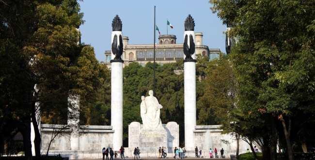 Roteiro pelo Bosque de Chapultepec - Monumento e castelo ao fundo