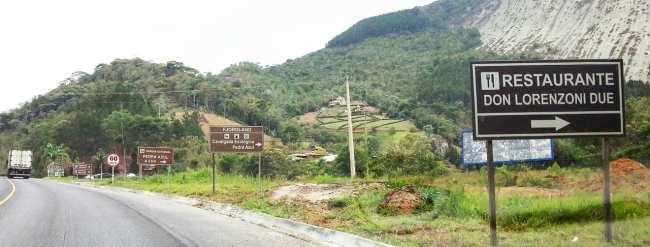 Montanhas Capixabas - Placas na entrada para Pedra Azul e Rota do Lagarto
