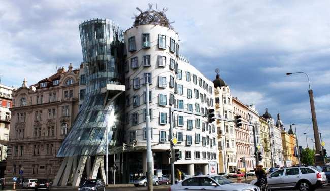 Potrefena Husa de Praga - Em frente à Dancing House