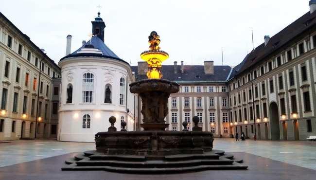 Castelo de Praga - Interior ao escurecer