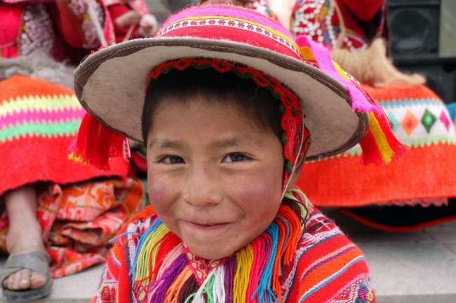 Fabulous Peru Tours - Um peruanito vestido com roupas típicas