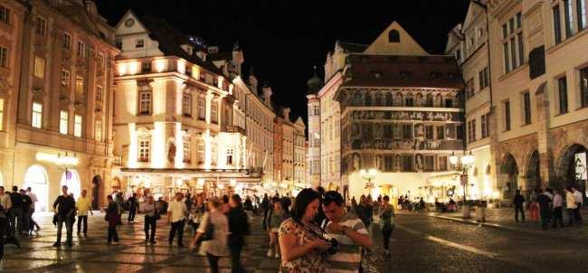 Relógio Astronômico de Praga - Rua ao lado da Old Town Hall