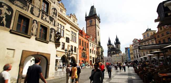 Relógio Astronômico de Praga - Rua ao lado da Old Town Hall de dia