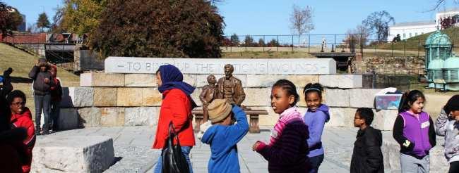 Roteiro de 1 dia em Richmond - Crianças e uma estátua do Lincoln ao fundo