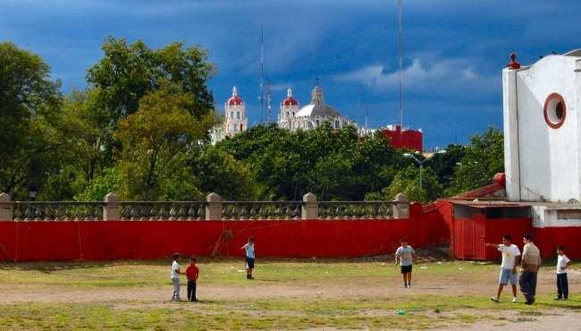 Puebla -  La Basílica Catedral de Puebla de los Ángeles vista de longe