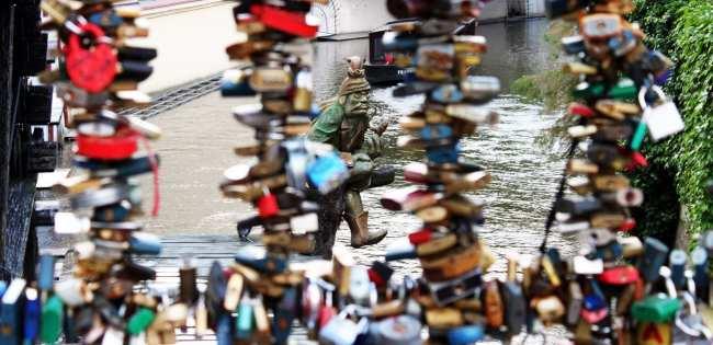 Malá Strana Praga - Gobling guardião do rio e da roda d'água e dos love lockers