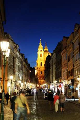 Malá Strana Praga - Entrada de Malá Strana com a Igreja de São Nicolau ao fundo