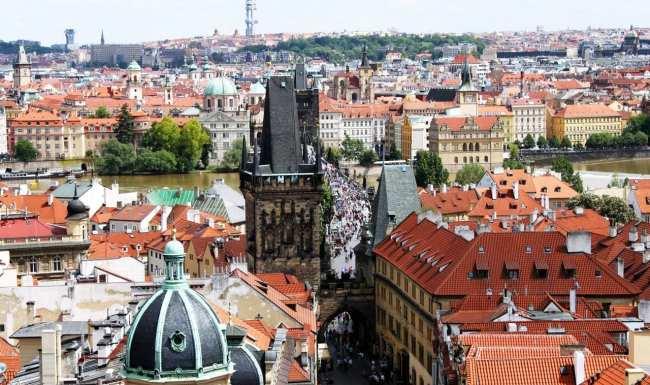 Malá Strana Praga - Vista da Ponte Carlos e Cidade Velha pela Igreja de São Nicolau