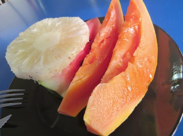 """O """"café da manhã especial"""" tem frutas, ovo frito, pão, presunto, queijo, margarina, café e suco"""