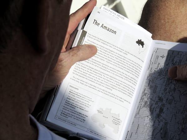 Gringo aproveitando a paz para aprender sobre a Amazônia