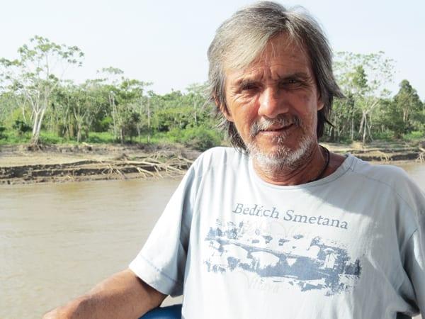Senhor Romero, com sua camiseta do Smetana