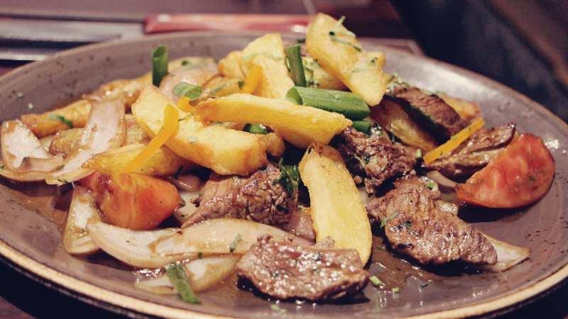 comidas-tipicas-peru-Lomo-saltado-batatas