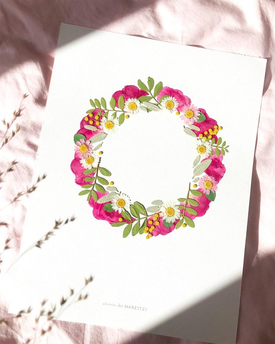 Herbier en forme de couronne de fleurs séchées