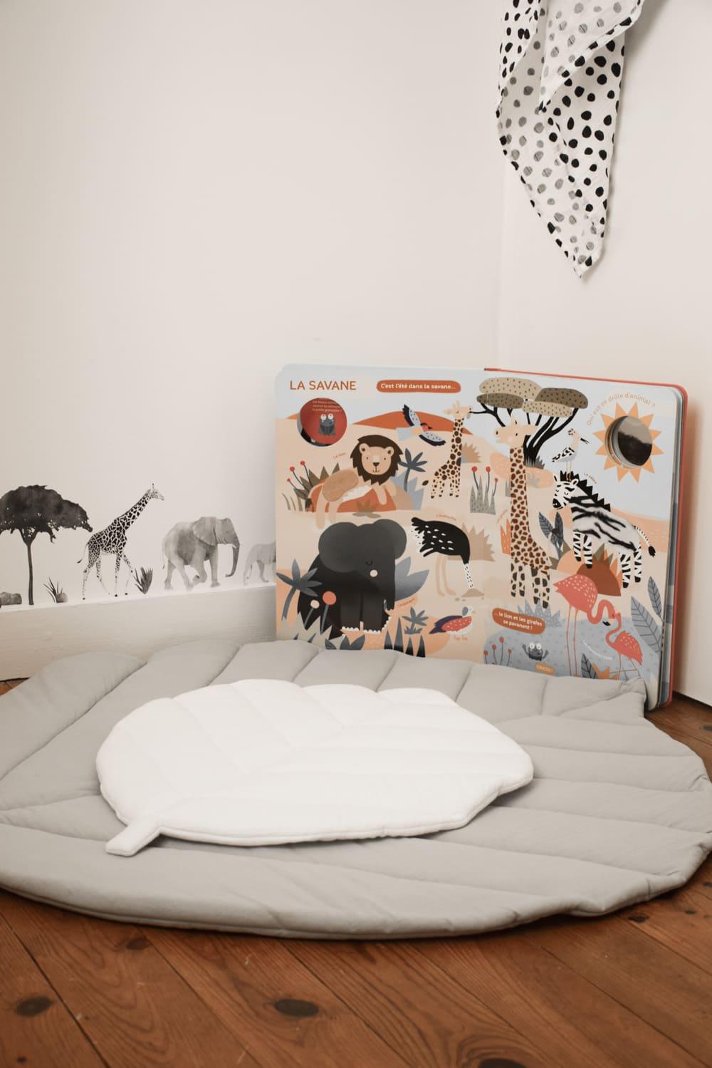 décoration chambre d'un bébé avec un coin lecture et éveil