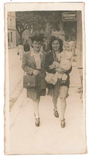 Marguerite, sa 1ere femme, tenant leurs fils, Hervé, dans les bras. Salon 1945.