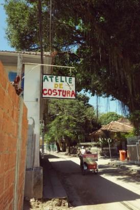 Un éco-taxi dans une rue de Paqueta