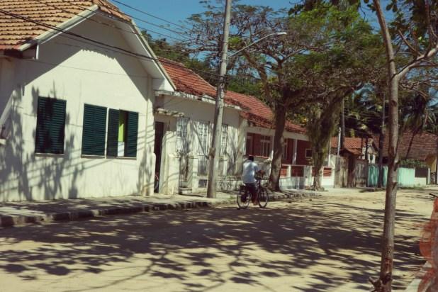 Un cycliste dans les rues de Paqueta