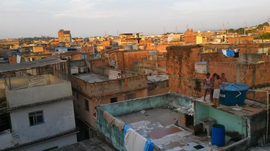 Des enfants jouant sur les toits de la communauté du Jacarezinho.